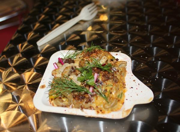 Gratin de crabe fumé, macaronis au sarrasin, poireaux et verveine ©MS
