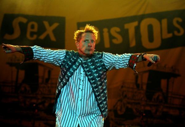 Johnny Lydon dit Rotten lors d'une performance des Sex Pistols (reformés) en 2008 (Reuters)