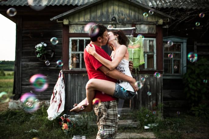 Zhenya et Iulia s'embrassent devant leur datcha, le jour de la célébration de leur mariage. Crédit : Niels Ackermann