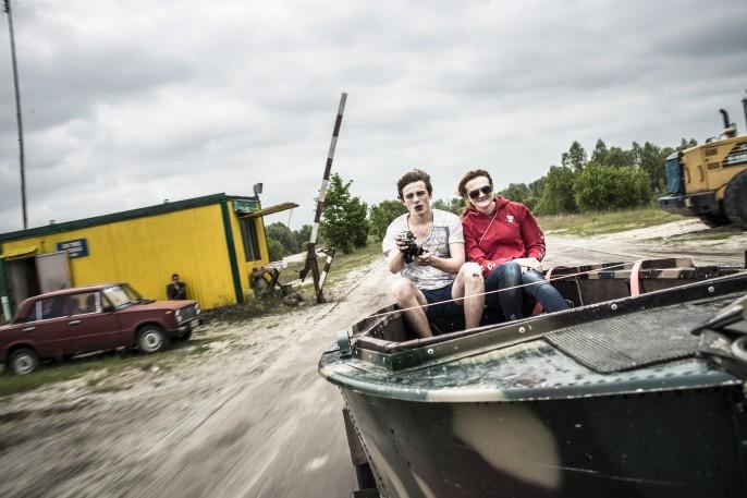 Iulia et un ami reviennent du wakeboard. Ils sont assis sur un bateau tracté. Crédit : Niels Ackermann.