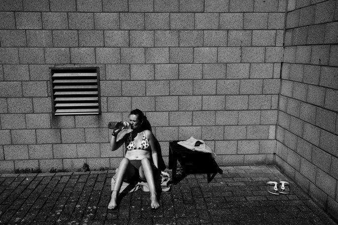 Une détenue prend le soleil à la prison des femmes de Berkendaele, Bruxelles. Juillet 2011.